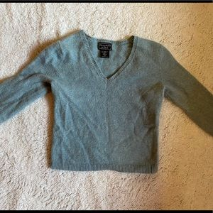 Blue V-cut sweater cropped